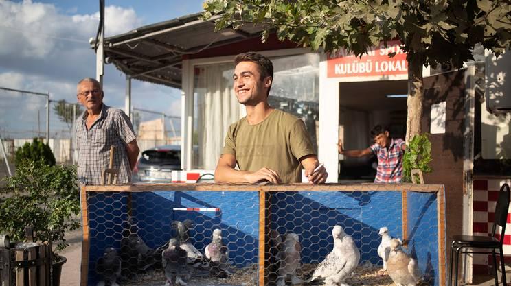 Ömer ha ereditato il mestiere da suo padre ed è diventato un allevatore e commerciante di piccioni nel mercato di Istanbul