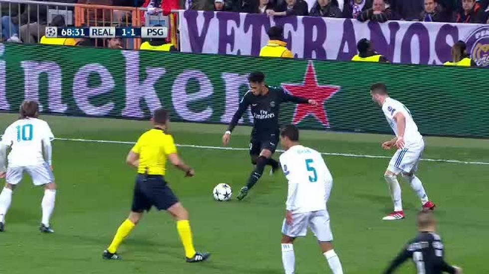 Champions League, la pallonata in testa a Rocchi in Real Madrid - PSG (14.02.2018)