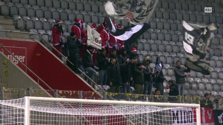 I tifosi del Lugano a Thun vestiti da Babbo Natale
