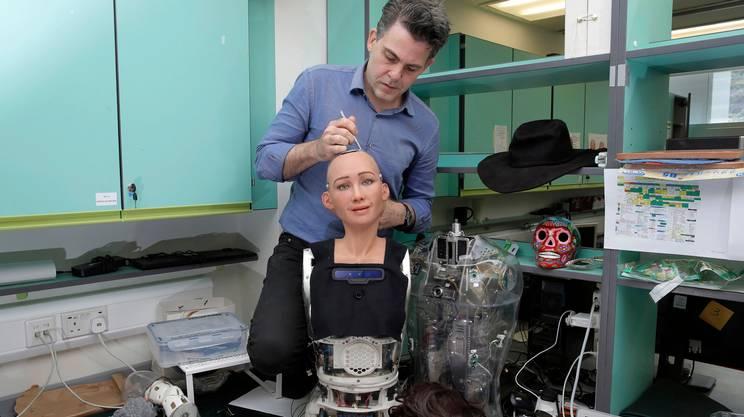 David Hanson, fondatore della Hanson Robotics, al lavoro su Sophia