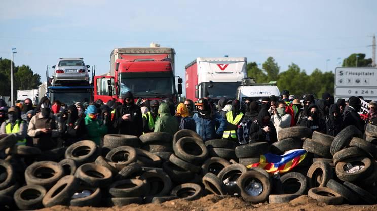 Manifestanti bloccano la circolazione