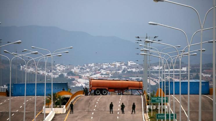 Militari della guardia bolivariana bloccano l'accesso sul ponte Tienditas, al confine con la Colombia