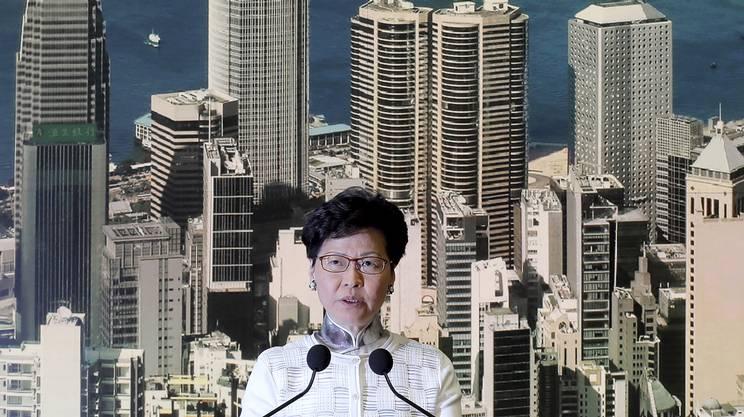 La leader pro-Pechino, Carrie Lam, durante la conferenza stampa