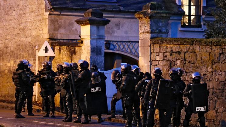 Agenti del GIPN (Groupes d'Intervention de la Police Nationale) schierati a Corcy
