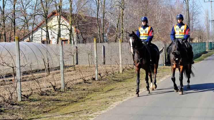 Agenti di pattuglia a Morahalom, cittadina di confine, 179 km a sud di Budapest