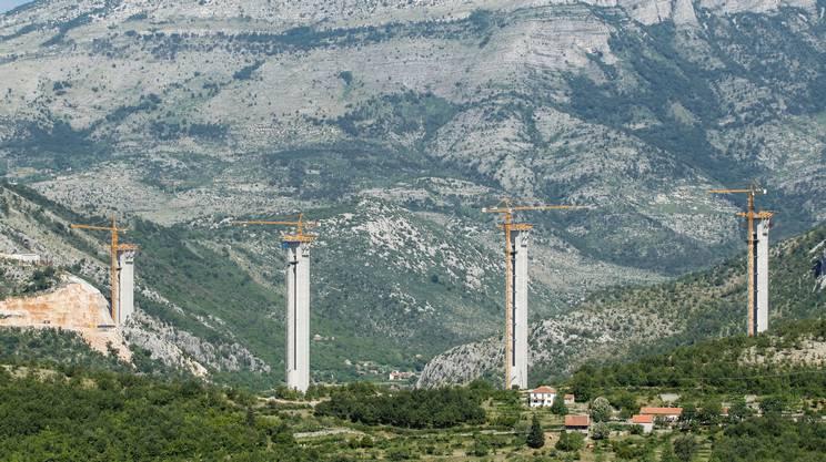Un ponte in costruzione dell'autostrada Bar-Boljare in Montenegro, finanziata con fondi cinesi.