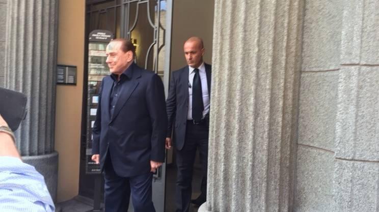 Berlusconi all'uscita dello studio fiduciario