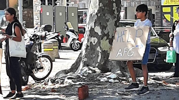 Diversi i cartelli con slogan a sostegno del popolo afghano