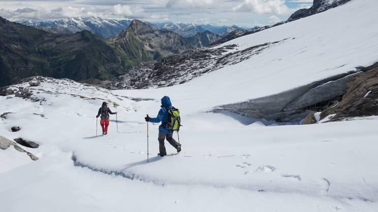 Glaciologi all'opera per misurare il manto nevoso nell'agosto del 2017