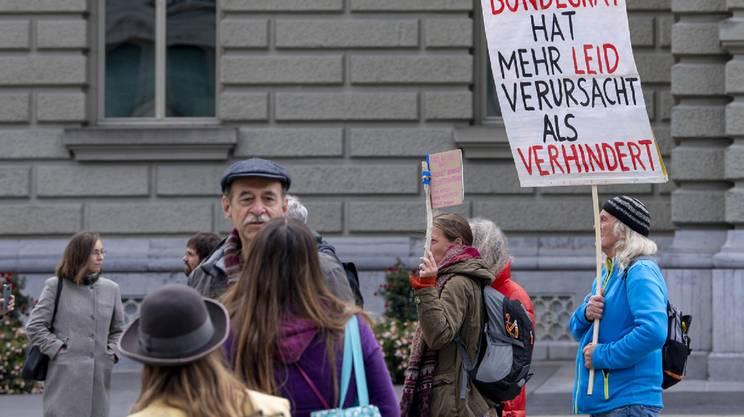 I manifestanti contro le misure di contenimento in piazza a Berna