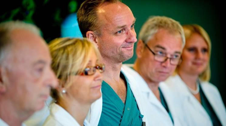 Il professor Mats Brännström (centro) e il suo team medico