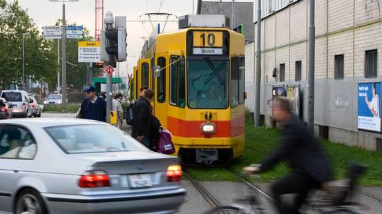 SUV in mezzo, tram in tilt