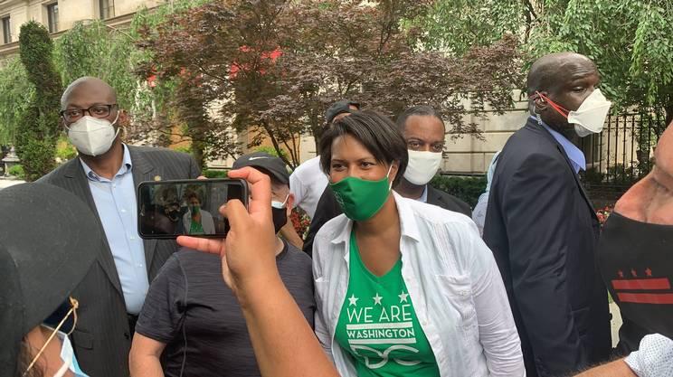 La sindaca Muriel Bowser si concede per una foto con un manifestante