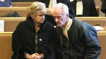 L'accusato Pierre Le Guennec in aula con la moglie