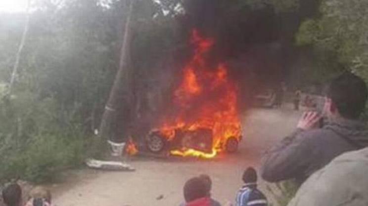 L'automobile avvolta dalle fiamme