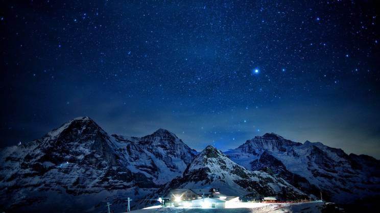 Le stelle brillano sopra la Jungfrau, dove si trova l'osservatorio più alto d'Europa