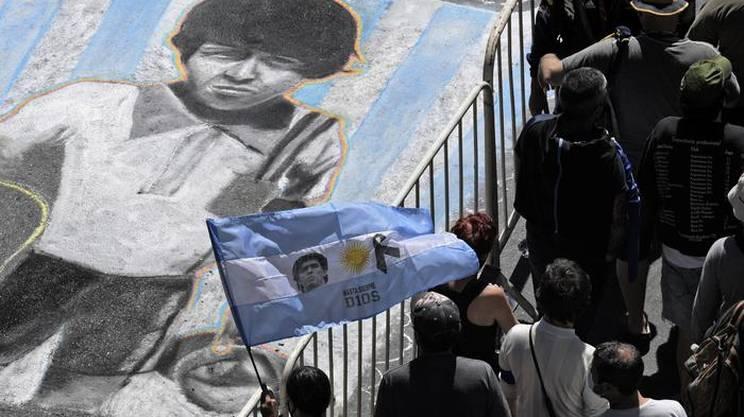 Maradona disegnato sulle vie di Buenos Aires