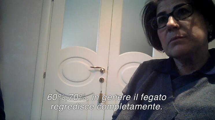 Maria Roselli, giornalista, si finge malata di tumore al fegato e incontra Tullio Simoncini
