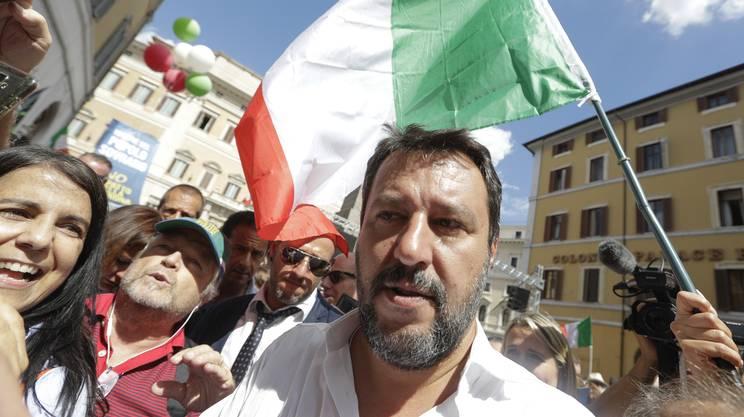 Matteo Salvini guida la protesta fuori dalla Camera