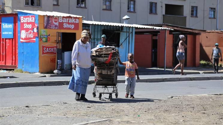 Nofuneko Nomyelo, ogni giovedì, insieme ad uno dei suoi nipotini, porta il materiale riciclabile ad un centro di smistamento mobile per ricevere la sua ricompensa