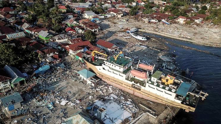 L'onda anomala, capace di sollevare di metri anche le grandi navi, ha portato morte e distruzione