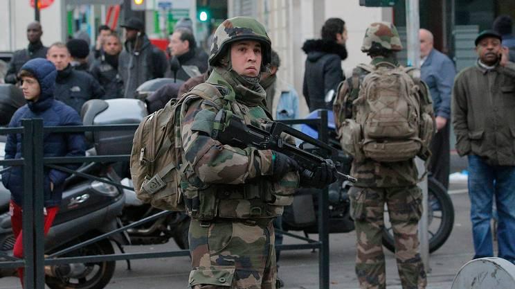Soldati schierati a Saint-Denis