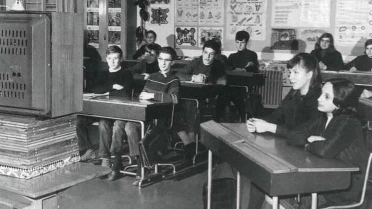 Sono lontani i tempi del vecchio Telescuola, il programma televisivo appositamente creato per proporre ad insegnanti e studenti vere e proprie video-lezioni sui temi più diversi, dalla storia alle scienze naturali, dalla geografia all'educazione civica. Telescuola era nato nel 1962, appena un anno dopo l'apertura degli studi TSI a Lugano, ed è andato in onda per trent'anni: troppo obsoleta la sua formula, nell'era di internet (e della crisi della lezione frontale).