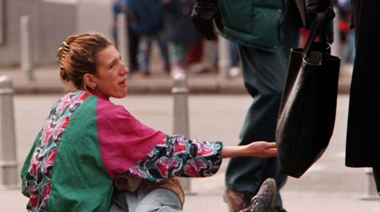 Una donna con il figlio in braccio chiede l'elemosina nella capitale croata