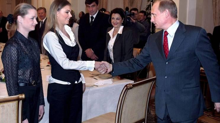 Vladimir Putin premia Alina Kabaeva a Mosca nel marzo 2004