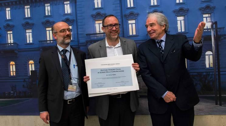 Maggio 2014: Lorenzo Cantoni (a sinistra) e l'allora presidente dell'USI Piero Martinoli (a destra) consegnano il dottorato honoris causa a Jimmy Wales