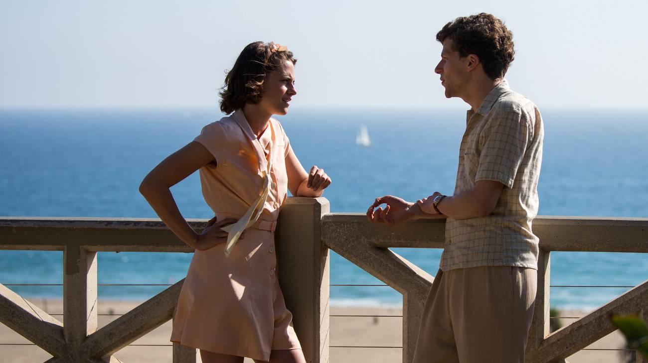 Kristen Stewart e Jesse Eisenberg in una scena del film (© 2016 Warner Bros.)