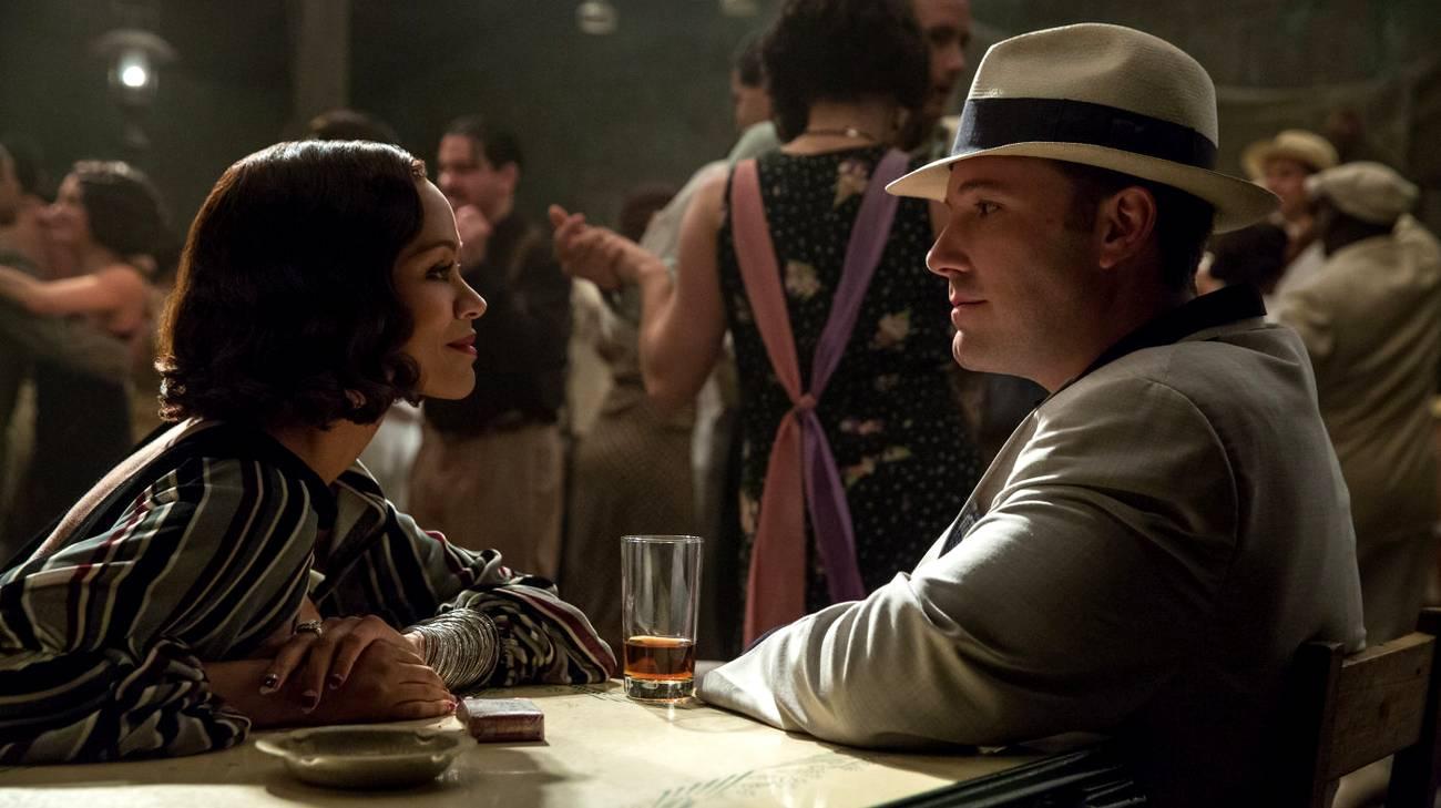 Zoe Saldana e Ben Affleck in una scena del film (© 2016 Warner Bros.)