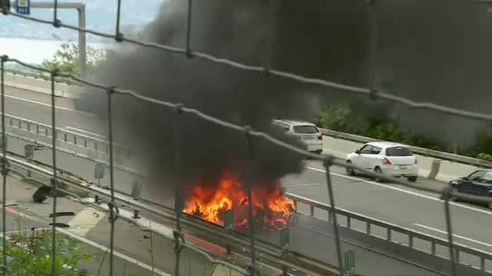 Le fiamme di un'auto elettrica