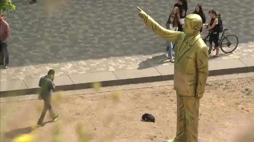 Erdogan, anche la sua statua divide