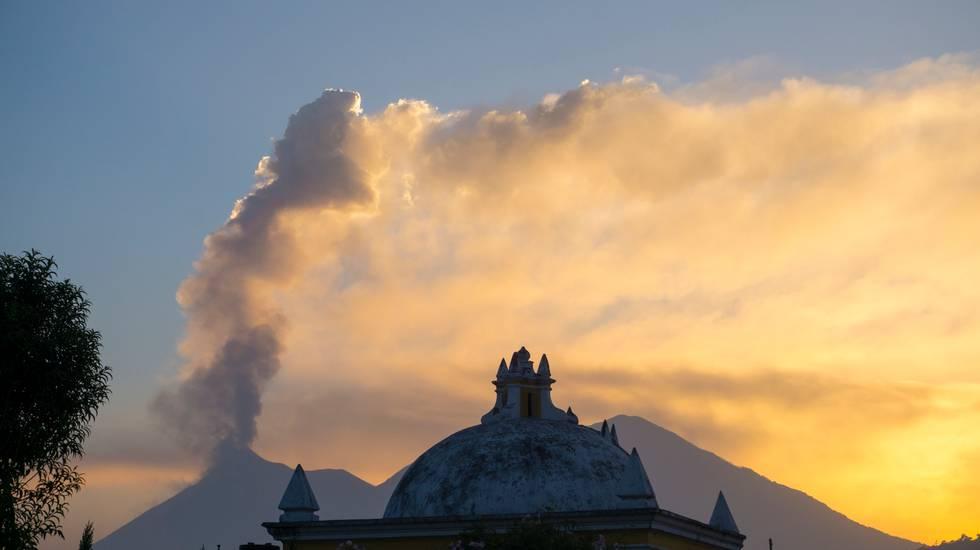 Si è normalizzata l'attività del Fuego che svetta sullo sfondo della capitale