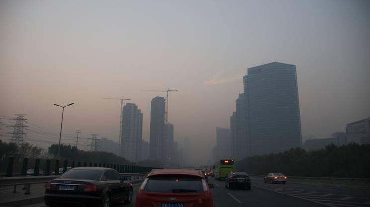 Pechino sotto la cappa di smog dovuta al traffico e alle altre attività umane