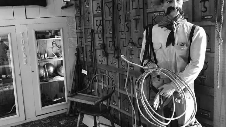L'immancabile lazo per il manichino agghindato a cow-boy all'ingresso del museo di Miami