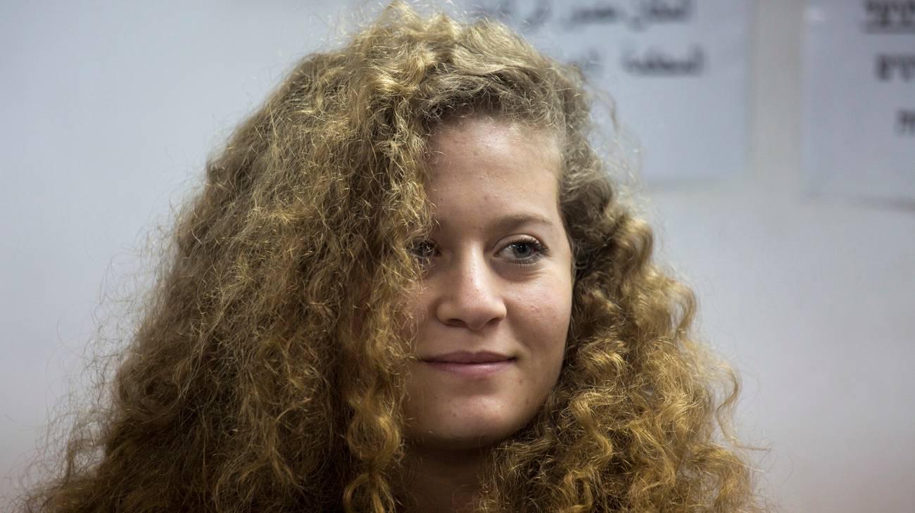 Ahed Tamimi affronta due militari in Cisgiordania