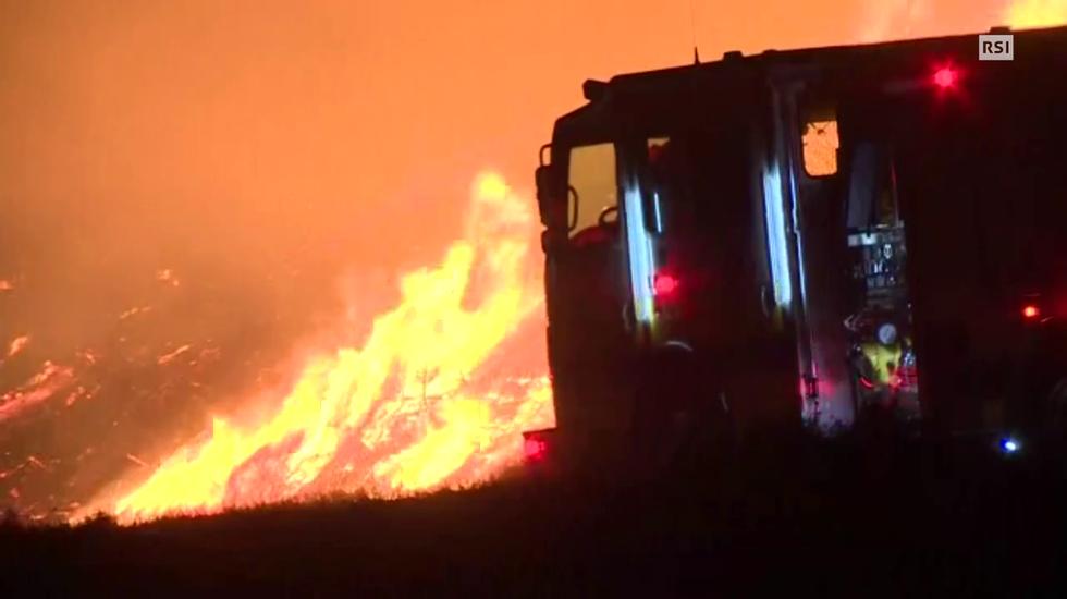 Le fiamme nei dintorni di Los Angeles giovedì notte / EBU