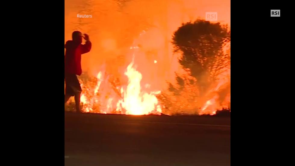 Un uomo trae in salvo un coniglio dalle fiamme