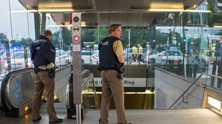 Agenti all'ingresso della metropolitana