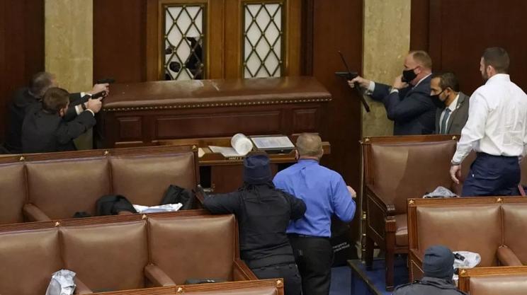 Agenti di guardia a Capitol Hill impugnano le armi per difendere i parlamentari