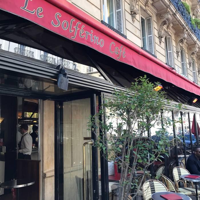 Alla Brasserie dell'angolo, che guarda sul Boulevard Saint Germain, si vive di ricordi