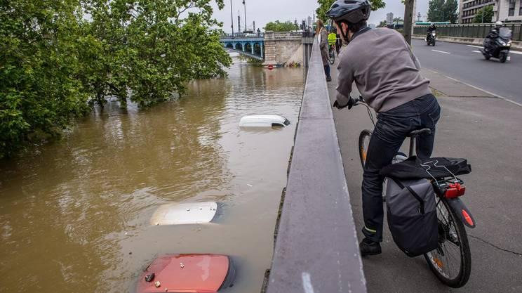 Auto sott'acqua lungo gli arigini della Senna