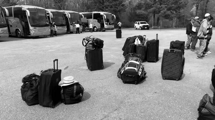 BUS E VALIGIE – Messicani arrivati da poco in autobus dal confine. Nel 2018, in totale, oltre 10'000 stagionali hanno lavorato nei campi in North Carolina