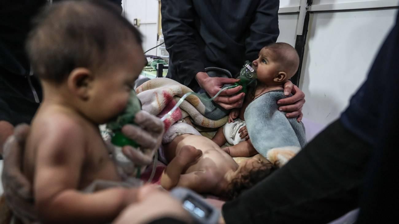 Bambini ricevono cure dopo un bombardamento sulla Ghuta orientale