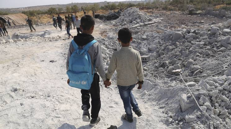 Bimbi tra le macerie nella provincia siriana di Idlib
