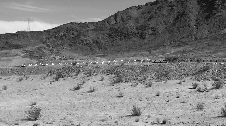 Cavalli di Frisia -Lungo il confine tra Stati Uniti e Messico in questa zona desertica non c'è il muro ma una barriera facilmente scavalcabile.