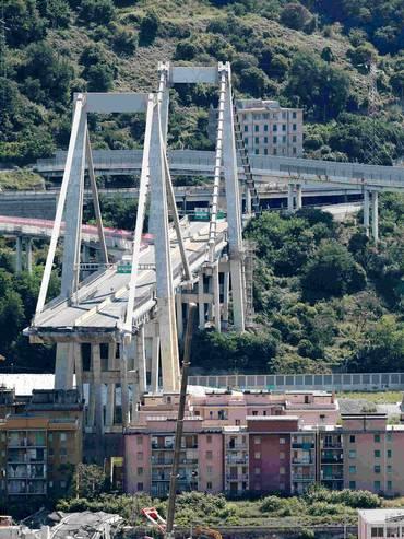 Ciò che resta del viadotto autostradale genovese, collassato il 14 agosto scorso