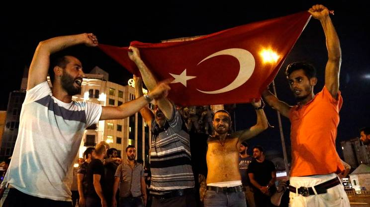 Coprifuoco violato dalla gente in Turchia